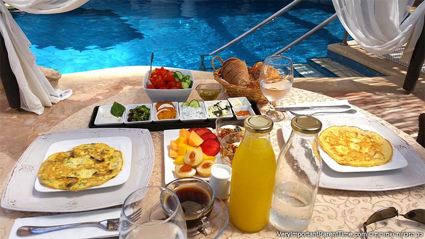 כנען וילאג' - ארוחת בוקר על שפת הבריכה