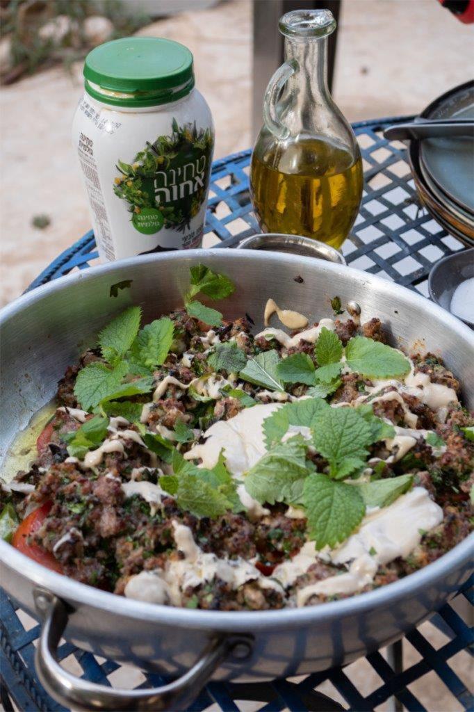 סינייה קבב טלה עם ירקות וטחינה